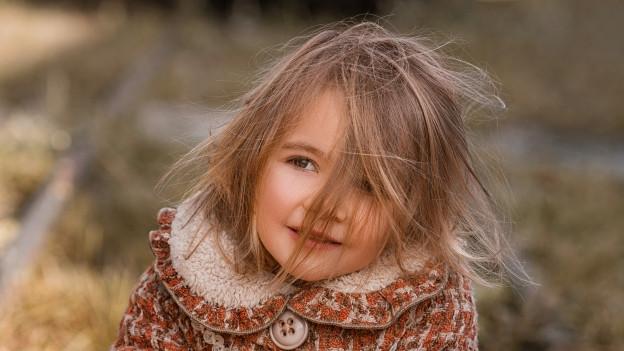 Mädchen mit aufgeladenem, wildem Haar.