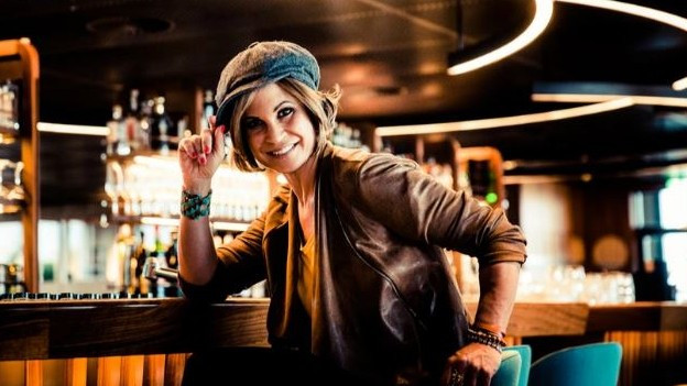 Tanja Dankner an einer Bar