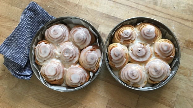 Cinnamon Rolls auf einem Backblech