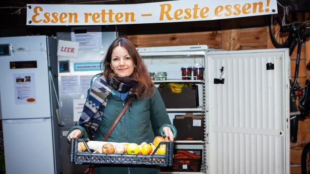 Finalistin Sahra Weibel mit einem Korb voller Lebensmittel vom dem offenen Kühlschrank in Winterthur.