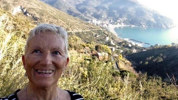 Brigitta Fink auf einem Wanderweg quer durch die Rebberge von Levanto.