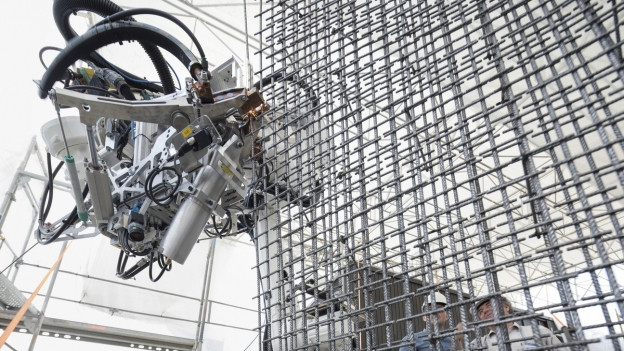 Roboter auf der Baustelle an der Arbeit.