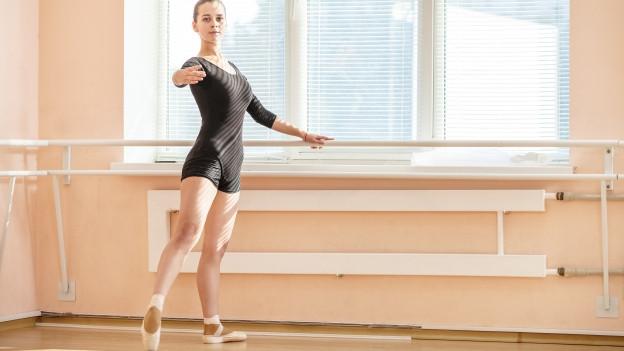 Ballerina an der Stange.