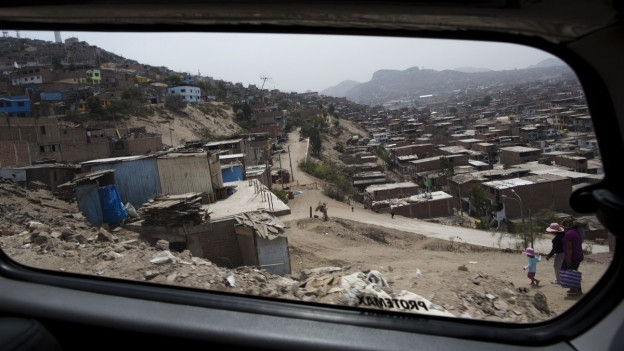Peru: Blick aus einem Tourismusvan in einem Slum von Lima.