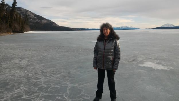 Rahel Diener steht auf dem zugefrorenen Little Atlin Lake.