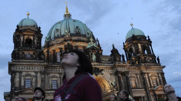 Gedichte, die vom Himmel fallen an der Langen Nacht der Museen in Berlin