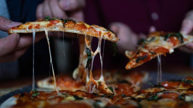Wenn es schnell gehen soll, darf in den Pizzateig auch Backpulver.