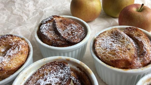 Im Ofen gebackene French Toasts mit Apfel.