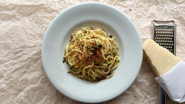 Spaghetti mit Olivenöl-Brösmeli, Sardellen und Kapern.