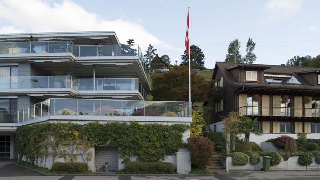 Zwei Mehrfamilienhäuser stehen nebeneinander.