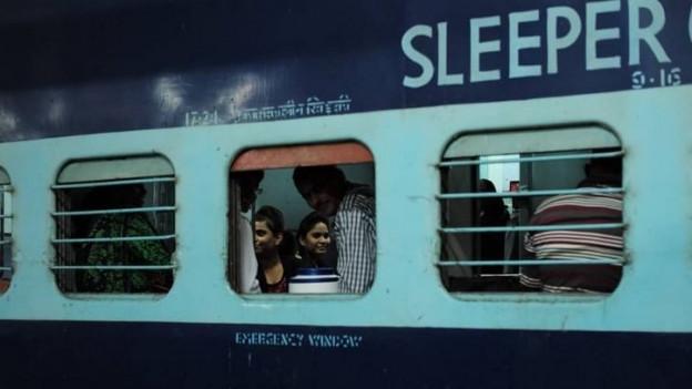 Menschen Blicken aus Zugwagen.