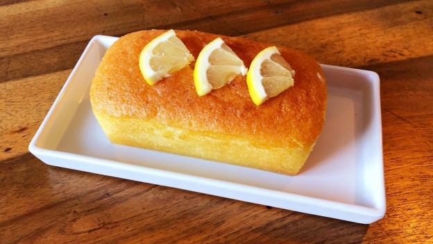 Zitronencake schon dekoriert auf einem Teller.
