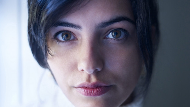 Fatima Farheen Mirza blickt in die Kamera