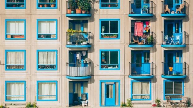 Aussenansicht eines Wohnblocks mit vielen Balkonen