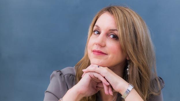 Die Autorin Claire Douglas blickt in die Kamera
