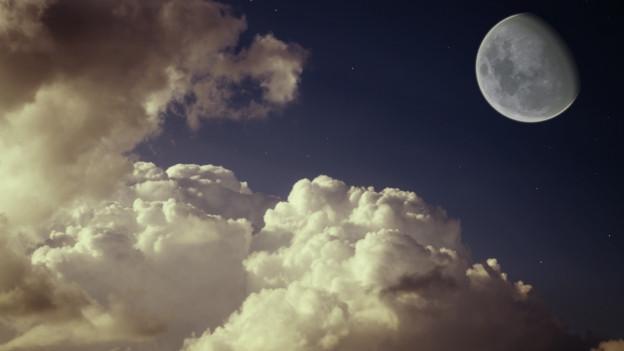 Halb dunkler Himmel mit Mond