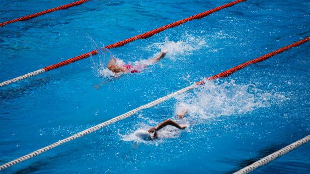 Schwimmer auf der Bahn.