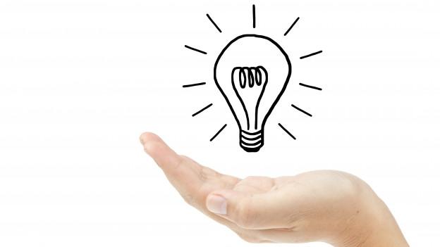 Eine Hand hält eine (gezeichnete) Glühbirne