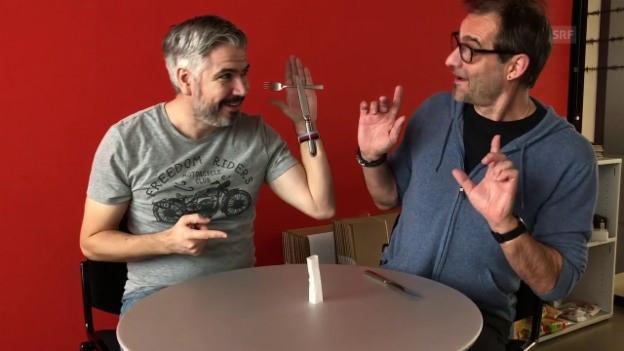Krispin Zimmermann und Thomy Scherrer führen einen Zaubertrick vor