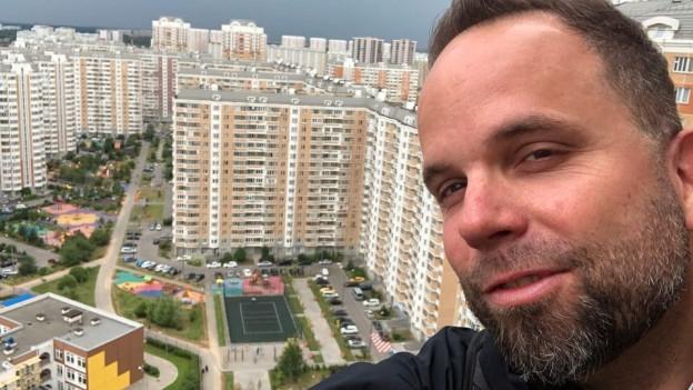 David Nauer auf dem Dach eines Wohnblocks der Satellitenstadt Moskovy