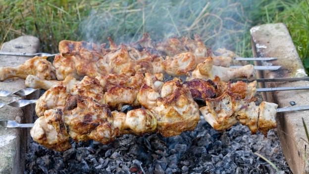 Fleischspiesse über dem Feuer.