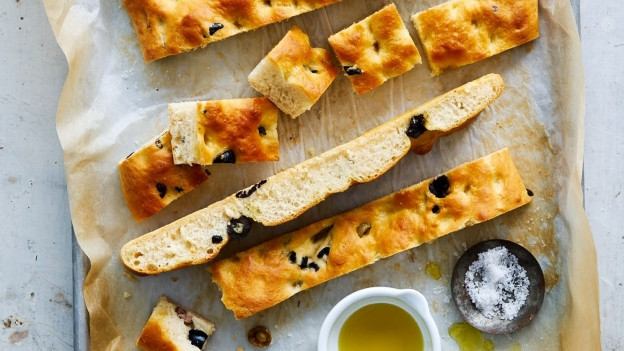 Eine frische, knusprige Focaccia erfreut jeden Brotfan.
