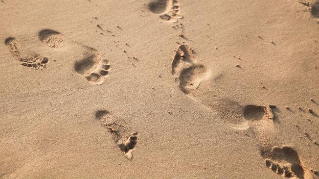 Fussabdrücke im Sand.