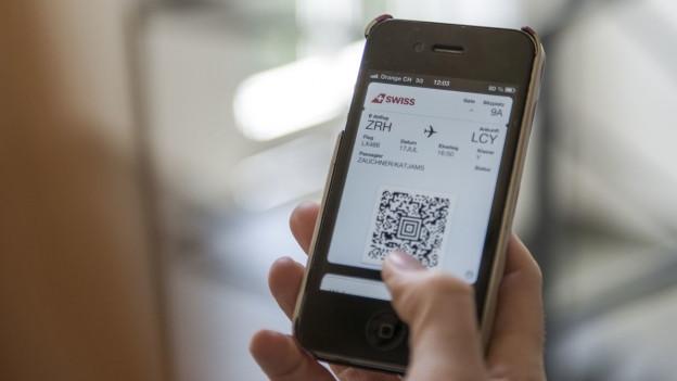 Eine Swiss-Bordkarte wird auf dem Smartphone angezeigt.