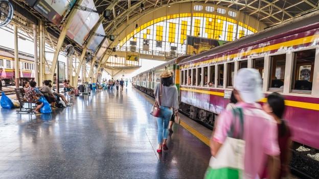 Ein Bahnhof mit Menschen gefüllt