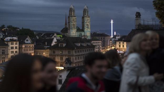 Besucher des «Züri Fäscht» vor dem Zürcher Grossmünster