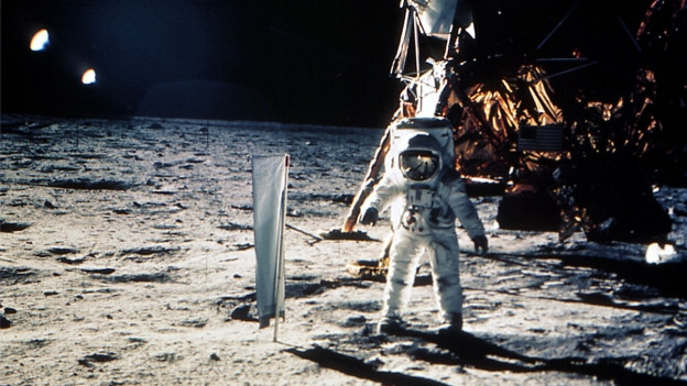 Das Sonnenwindsegel von der Uni Bern steckte noch vor der US-Flagge im Mondsand.
