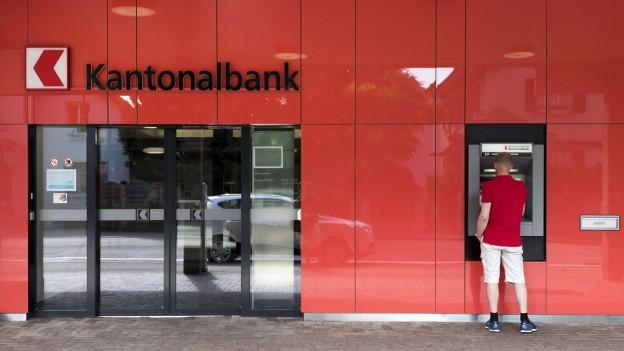 Bancomaten verschwinden. Häufiger wird mittlerweile mit Karte bezahlt.