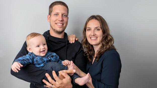 Portrait von Raphael und Priska Flach, mit Sohn Elias.