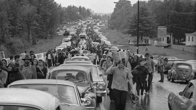 Strasse, völlig blockiert mit Autos und jungen Menschen, die an das Woodstock-Musikfestival 1969 wollten.