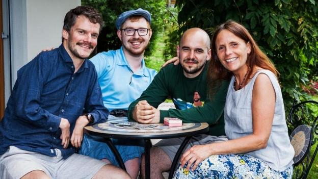 Comedian Renato Kaiser mit 3 körperlich behinderte Menschen. Sie sind Protagonisten der Sendung «Tabu».