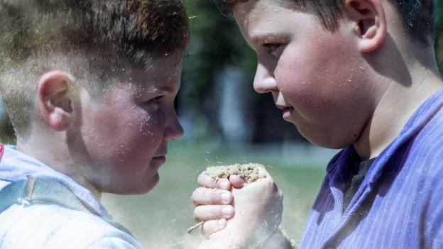 Gesichter von zwei Jungschwingern in Nahaufnahme.