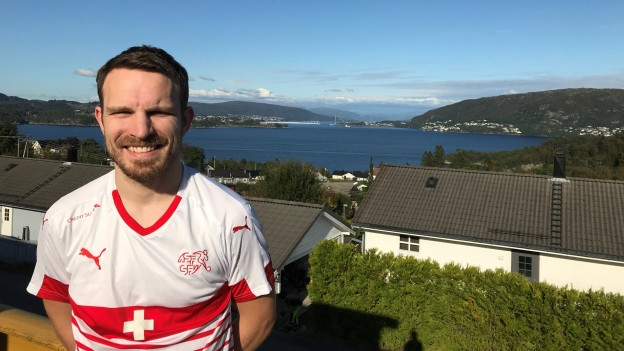 David Gilgen posiert vor einem Fjord in Bergen.