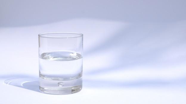 Ein Glas Mineralwasser: