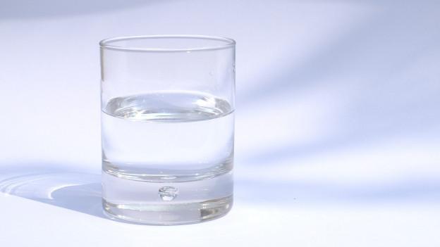 Ein Glas Mineralswasser.
