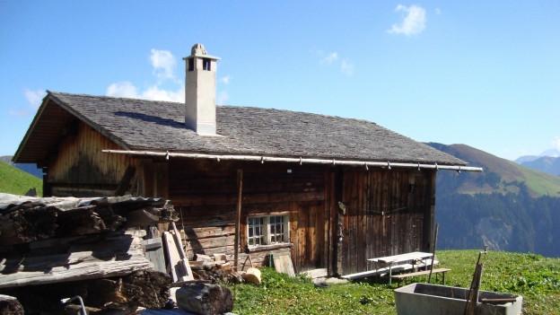 Walserhaus mit Holzschindeln im Weiler Camanaboda im Safiental