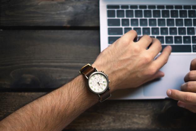 Ein Handgelenk mit einer Armbanduhr.