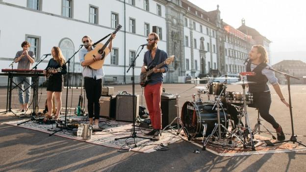Die Folk-Rock Gruppe Adam's Wedding bei einem Open-Air Auftritt auf einem Parkplatz
