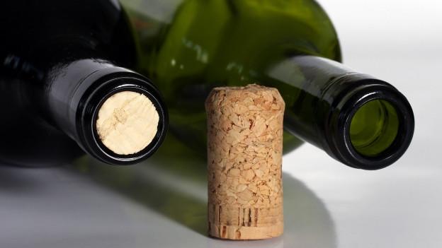 Zwei Weinflaschen mit Korken.