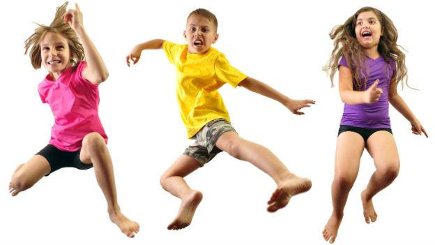 Kinder hüpfen und springen.