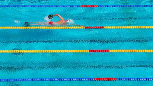 Schwimmer mit Flossen und Paddles im Pool