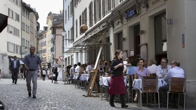 Blick auf ein Boulevardcafé von draussen
