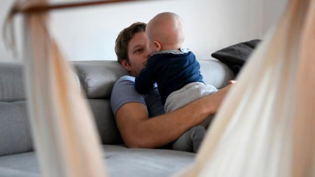 Vater mit Kleinkind auf dem Schoss