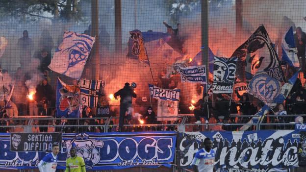 Fussballfans zünden Pyros im Stadion
