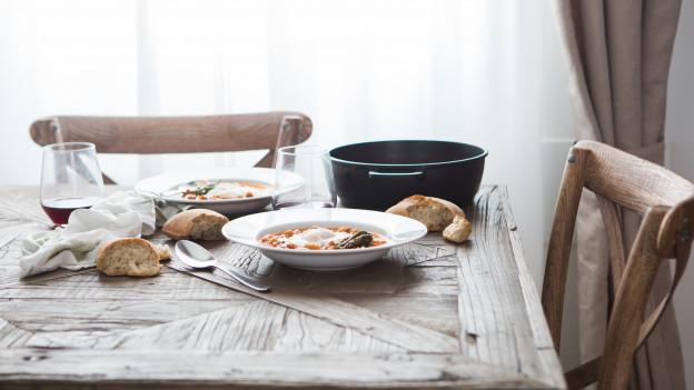 Gedeckter Tisch mit Speisen
