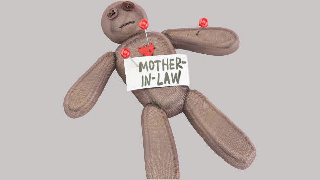 Auf einem Voodoopuppenteddybär steht: Mother in law.